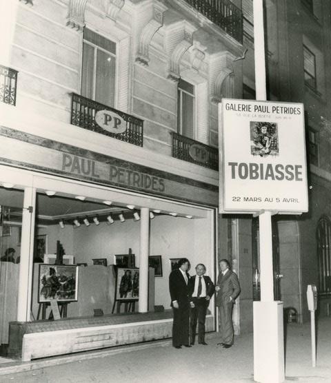 Théo TOBIASSE en photo devant la galerie Paul PETRIDES